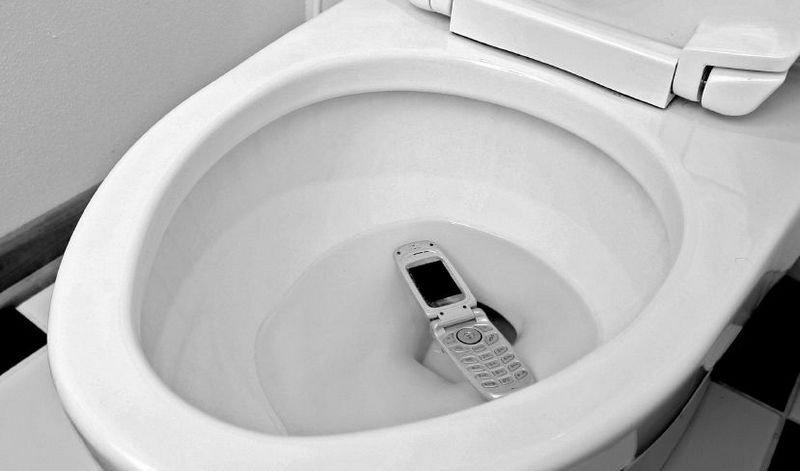 OH SHIT: Ops, den bare glapp ut av skjortelomma! Det finnes flere gode grunner til å holde mobilen unna badet.