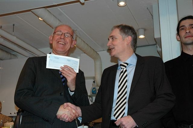 Trond Johannesen (t.v) tar i mot sjekken på 320 000 kroner av Thomas Knechtel fra UPS.