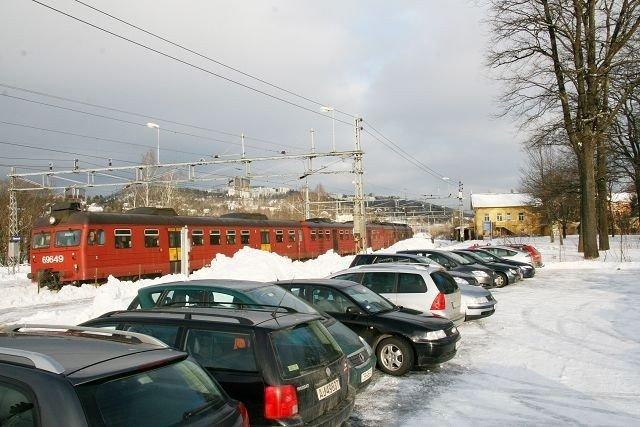 Regjeringens krisepakke vil gjøre det lettere for folk å sette fra seg bilen ved Grorud stasjon.