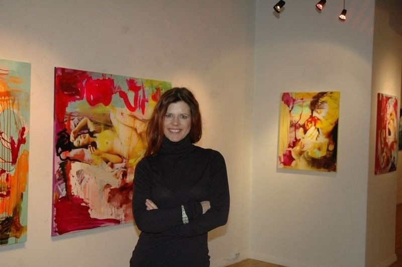 Hanne Tharaldsen viser stolt frem sine bilder.