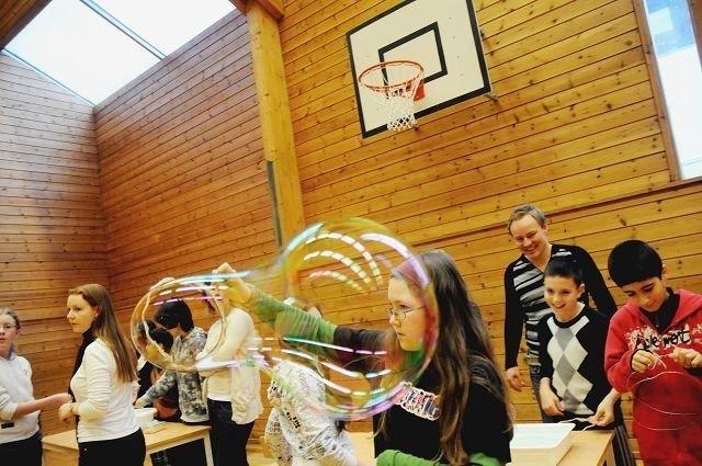 Ingeborg Rogevær Holmin (11) med superboblen er ikke sikker på om hun skal prøve naturfageksperimentet hjemme.