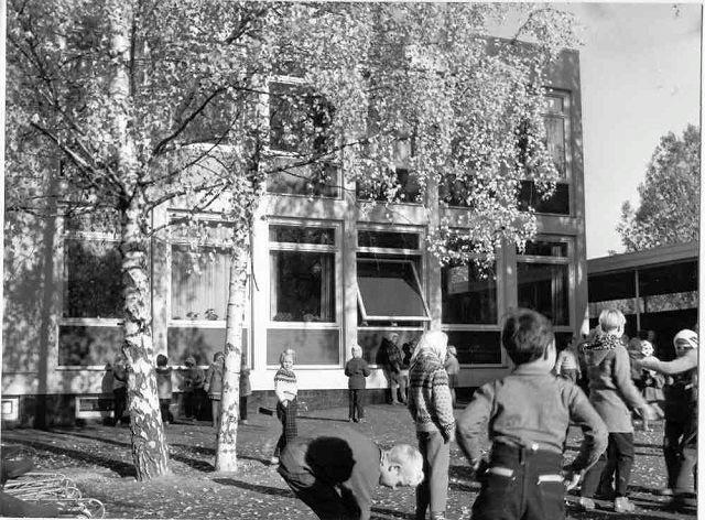 Dette bildet er trolig tatt i løpet av skolens første år, i 1959/1960. Da ble skolen regnet som stor og «luksuriøs». Befolkningsvekst har gjort at skolen trenger mer plass.Foto: Privat