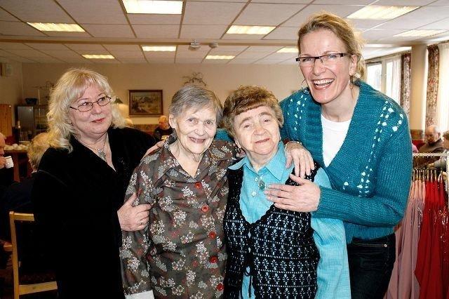 Aktivitør Lilli-Ann Tjelte (t.v.) og styrer Randi Amundsen (t.h.) roser de spreke 92-åringene Agnes W. Johansen (nr. to fra venstre) og Hildegard Halvorsen for utrettelig innsats på Rustad eldresenter. Vi bruker dem både på retta og vrangen, humrer styreren.