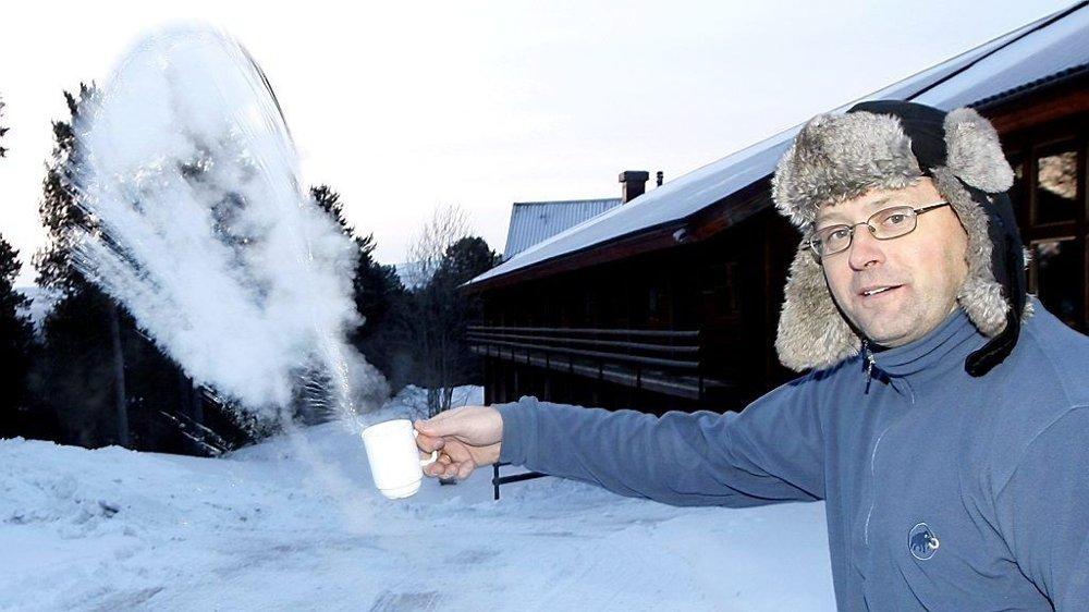 Tom Hansen i Karasjok viser hvor kaldt det faktisk er når gradestokken fryser ned mot -30 grader. Kaffen fryser til is med en gang den forlater koppen.