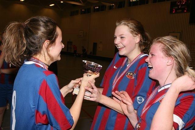 Mie Solem (høyre), Mari Boro Abrahamsen og Sophie Egge Johnsen jubler vilt etter at seriegullet er i boks.