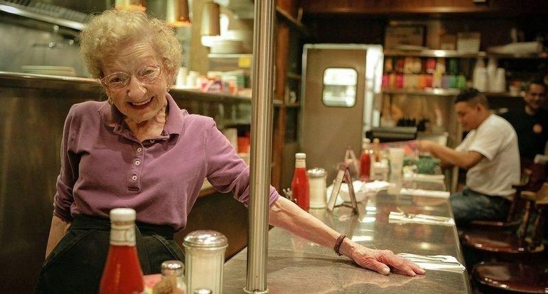 DINERDRONNINGEN: Man spør ikke en dame om alderen. Men godt voksne Margaret Wells har servert på dineren The Brite Spot så lenge noen kan huske.