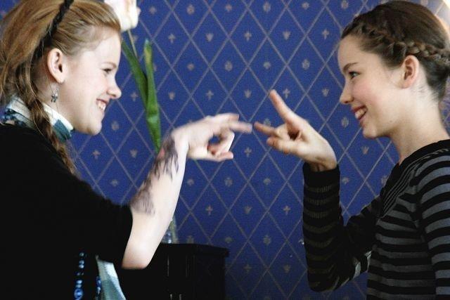 Susanna Fiola Bratlie og Emily Nathan delte pianokrakken og spilte firehendige pianostykker i finstua på Tveten gård.