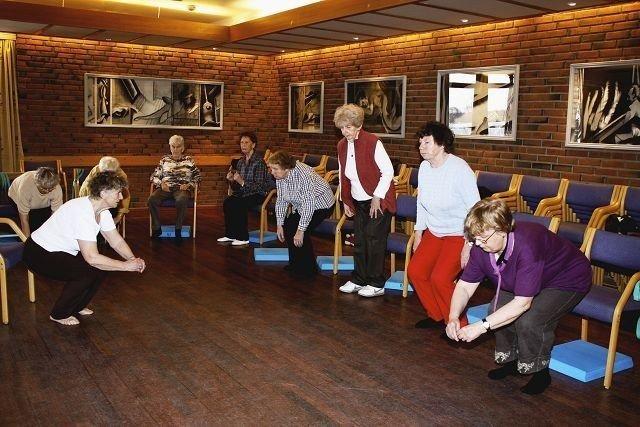 Elsa Halvorsen instruerer i verdens viktigste øvelse knebøy. Øvelsen gir styrke og forebygger fall blant eldre.