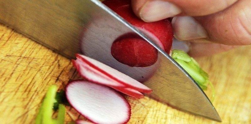 KUTT: Kniven bør være stiv og rett, lengden på stålet er litt smak og behag. Men ikke kjøp den for lang, da er det fort gjort å miste kontrollen.