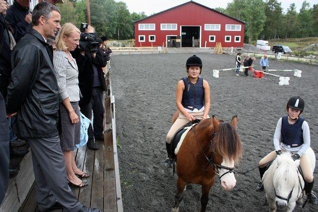 Statsminister Jens Stoltenberg og statsråd Anniken Huitfeldt fikk hilse på hestejenter på Søndre Aas gård fredag formidadg.