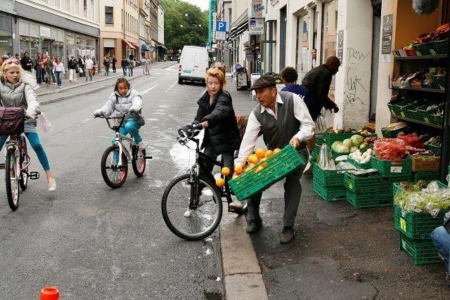 Handlingen er lagt til sentrum av Oslo. Her fra den dramatiske innspillingen i Torggata hvor Emma Høgh Åslein fra Oppsal kolliderer med en grønnsakshandler. Alle foto: Øystein Dahl Johansen