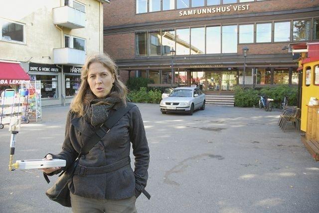 Gry Olfei Solbraa målte for en tid tilbake strålingsnivået i Røa sentrum. Hun er én av de som er skeptiske til grenseverdiene i Norge. Nå får hun og andre skeptikere kritikk fra forsker Lars Klæboe (innfelt) ved Statens strålevern.