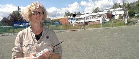 – Det er måleinstrumenter man trenger, sier Sissel Halmøy. Her måler hun stråling på Gressbanen i sommer.