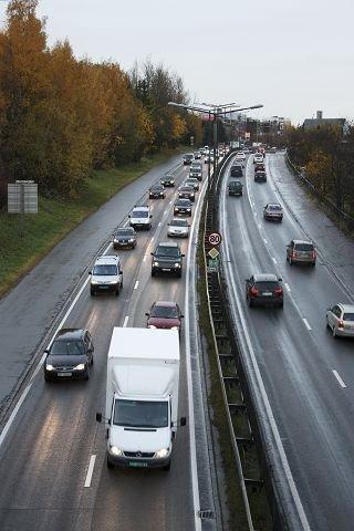 Ringvei-kø: Mandag morgen fikk bilistene på Europaveien og Store Ringvei erfare om mulig enda tettere trafikk enn vanlig. Foto: Arne Vidar Jenssen
