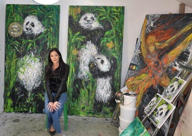 PANDA: I tillegg til mennesker maler Kari Lena Flåten-Lindbæk også pandaer.