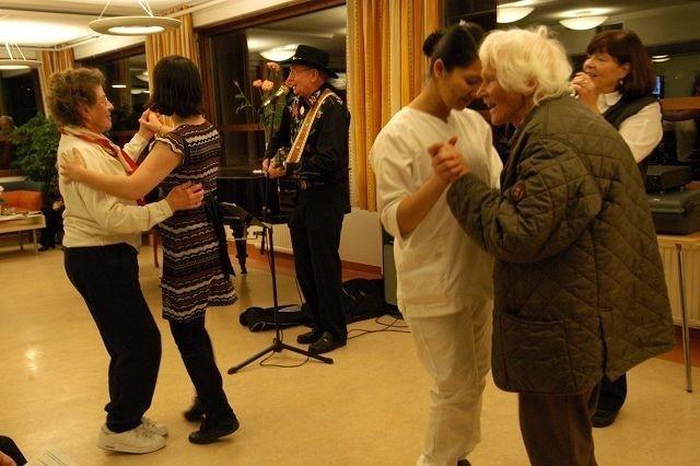 Det ble dans på Hovseterhjemmet onsdag kveld. FOTO: ELISABETH c. WANG