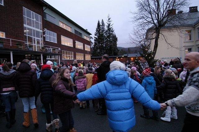 Men til tross for at bare deler av julegranen lyste ble det tradisjonell juletregang. FOTO: ELISABETH C. WANG
