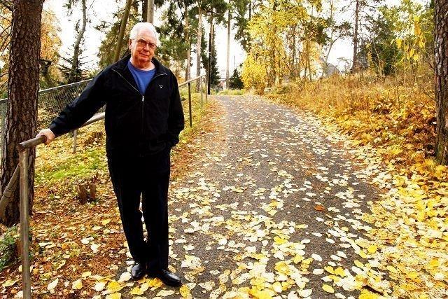 Leif Lund fortviler fordi kommunen mener Kirkebakken er privat og at beboerne selv må stå for strøing og brøyting. Nå får han støtte fra FAU på Bekkelaget skole og Bekkelagshøgda vel. Foto: Øystein Dahl Johansen