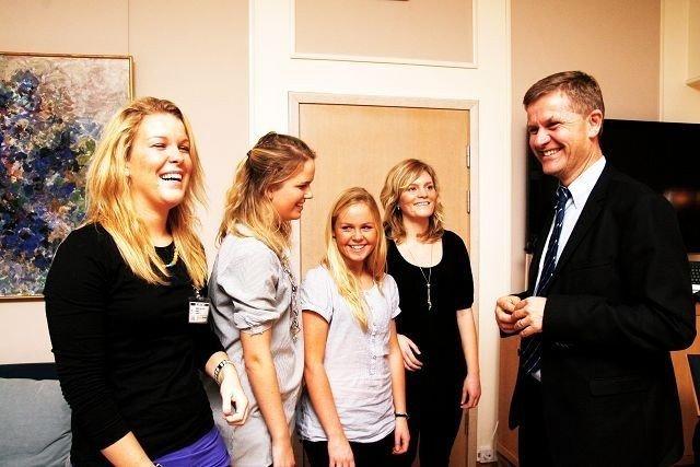 Annett Rønning-Moe (f.v.), Tonje Kjos Gabrielsen, Maria Sagen Hannisdal og Sandra Nordengen la i forrige uke fram Duppex-ideen sin for miljø- og utviklingsminister Erik Solheim.