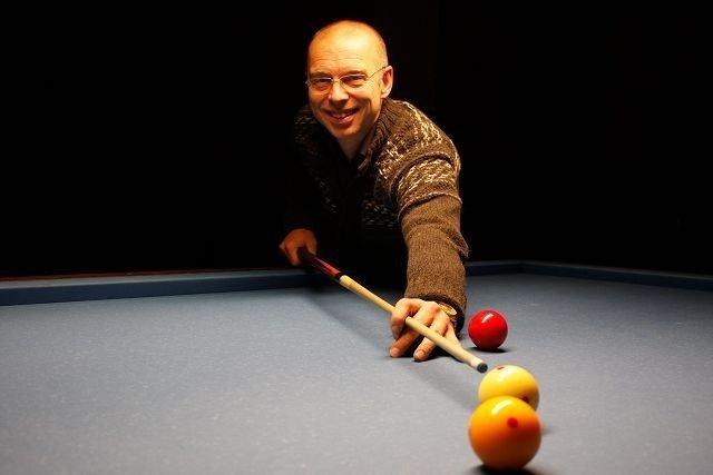 Triks: Lars-Harald Riibe utfører de mest merkverdige triks på biljardbordet. Foto: Carina Alice Bredesen