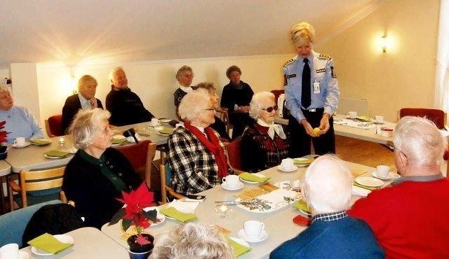 Stasjonssjef Gro Smedsrud var en populær gjest på årets første medlemsmøte i Nordseter pensjonistforening. Foto: Privat