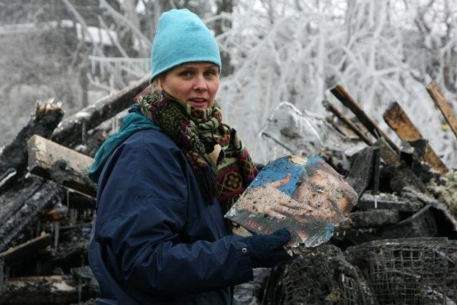 Inger Lise Solvang leter etter minner i brannruinene i Brattvollveien på Munkerud, der fire rekkehus gikk tapt. FOTO: Anne-Grethe Ulriksen