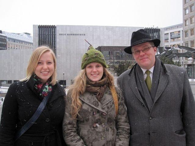 Ida Løvli Hidle og Liv Berger Brekk sammen med Håvard Svendsrud foran Oslo konserthus. FOTO: PROMO