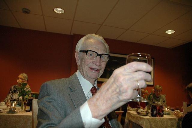 Spreke Olav Skarpaas fyller 102 år til sommeren, men har bare brukt dagsenteret i to år. – De er så hyggelige her, roser han. Foto: Nina Schyberg Olsen