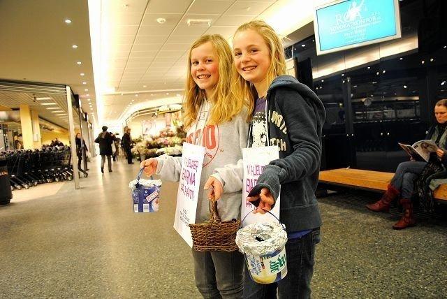 Thea Fredriksen og Johanne Gelius (begge 11) opplevde stor giverglede på Røa Senter tirsdag ettermiddag. Foto: Fredrik Eckhoff