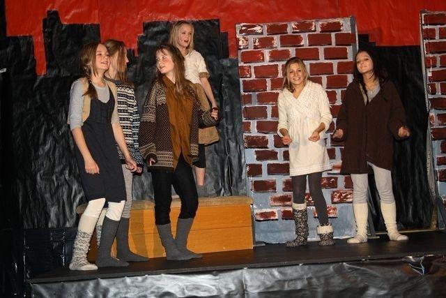 f.v: Nadine Holmøy, Amalie Strømme Falck, Johanna Sand, Jenny Torstensen, Helene Wekre og Vilde Haukeland, som barnehjemsbarn.