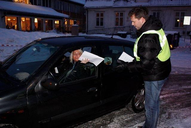 Fra nå og frem til vinterferien har FAU på Abildsø skole trafikkaksjon. La barna gå til skolen! er oppfordringen. I morges var Jonas Jørstad en av trafikkvaktene. Foto: Arne Vidar Jenssen