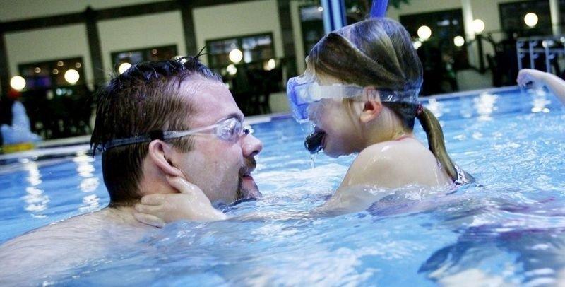 DYKKERKURS FOR PAPPA: Marte (5) viser pappa Petter Fosse hvordan man dykker riktig. (FOTO: Carl Martin Nordby)