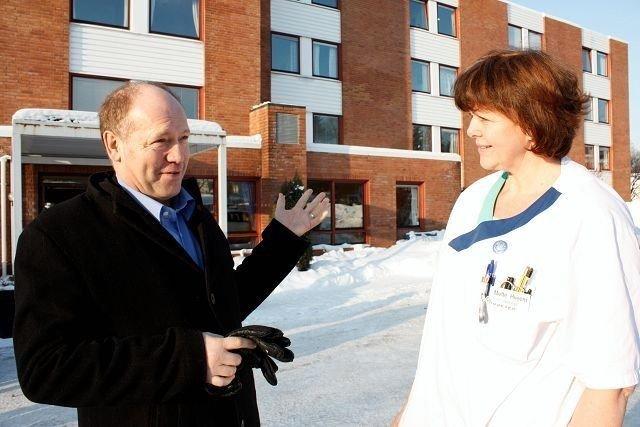 Per Morten Johansen, adm. direktør i Omsorgsbygg og avd. sykepleier Mette Hveem på Nordseterhjemmet er glade for oppussingen som nå skjer. Foto: Aina Moberg