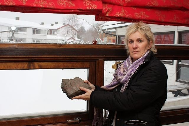 Denne steinen ble natt til onsdag kastet med stor kraft gjennom et vindu i Nordseter Barnehage. – Hvem kan ha gjort dette? undres styrer Marit Sæter.