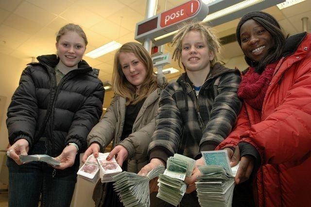 Sandra, Marie, Agust og Stephanie med massevis av penger. Alt går til Haiti. Foto: Karl Andreas Kjelstrup