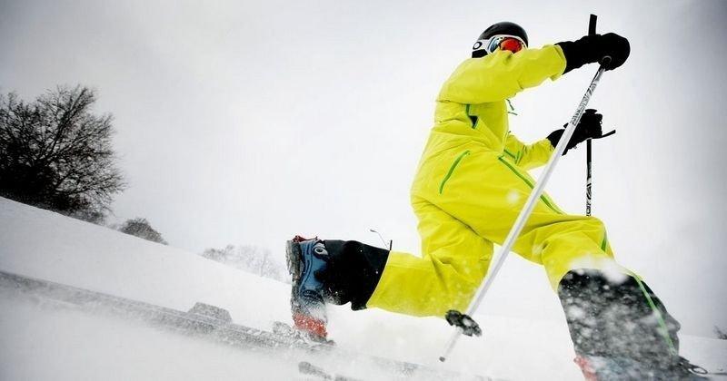 SNØSTOPPER: Den gule heldressen fra Norrøna er godt synlig i skibakken. Prisen er 8499 kroner, men da får du trelags Gore-Tex og solid ripstop. Den er komfortabel, og snøen slipper ikke inn. POC hjelm (1899 kroner), Oakley Crowbar skibriller (1445 kroner) og Norrøna Narvik skihansker (999 kroner).