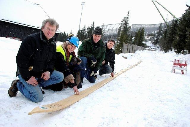 Museumsdirektør ved Skimuseet, Karin Berg, mottar den 14 meter og 21 centimeter lange skien av Vestfold Lauv, her ved Trond Schmidt (t.v.), Vidar Flåteteigen og Kåre Eriksen. Foto: Fredrik Eckhoff