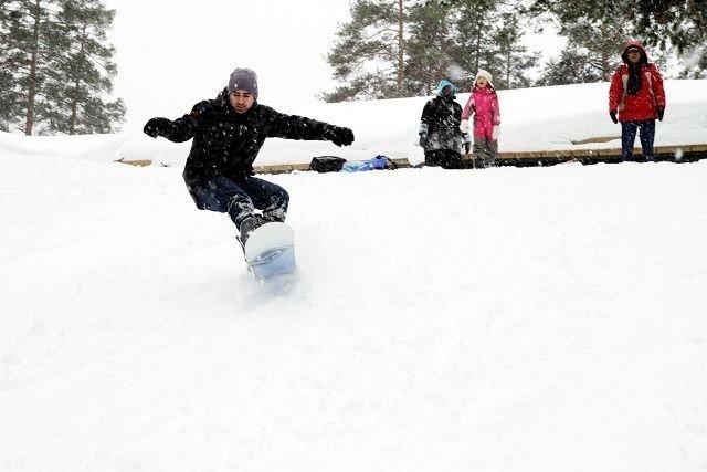 Flink: Wael Kamil Alkuheli har bare bodd i Norge siden juli, men er likevel i gang med snowboardkjøring.