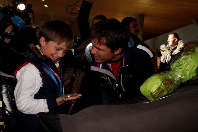 (T.v.) Sønnen Jesper Ulsrud (8) fikk stolt kjenne på den tunge sølvmedaljen pappa Thomas Ulsrud hadde med seg hjem fra OL i Vancouver. Alle foto: Carina Alice Bredesen