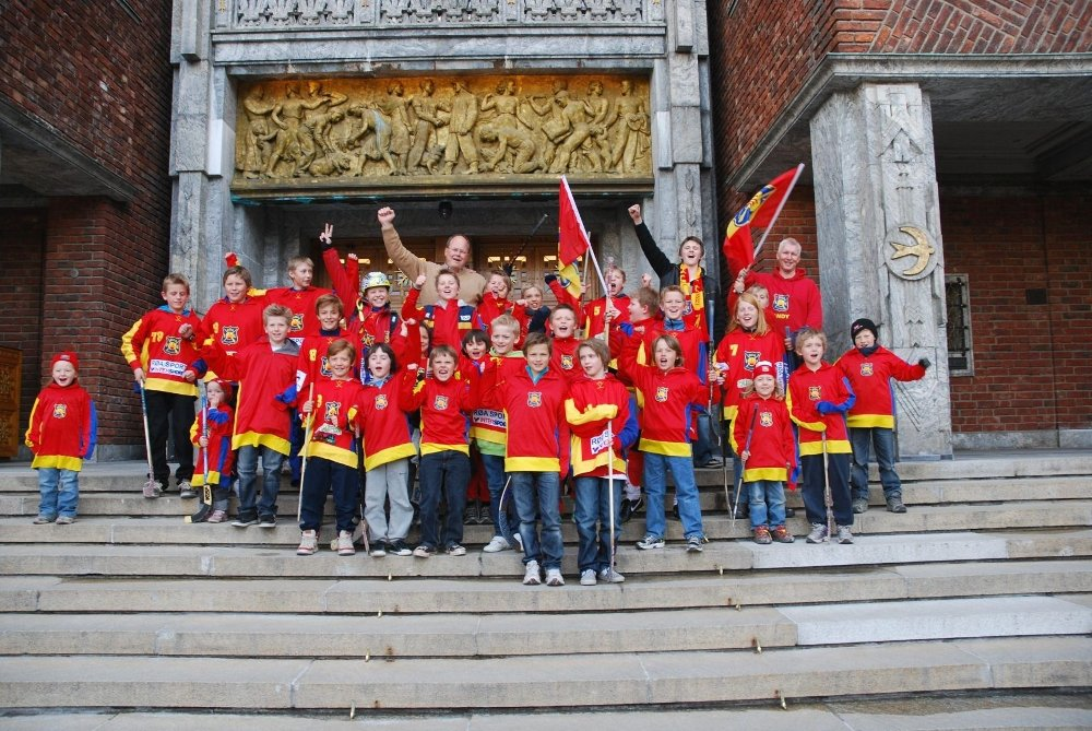 Bo Callander og unge bandyspillere jubler for kunstisbane på Bogstad.