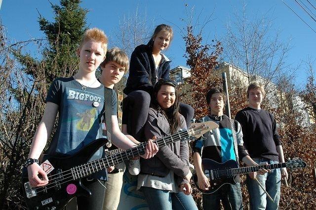 F.v.: Marianne Frisberg Larssen (13), Erik Meeg (15), Vilde Skuggevik (16) og Ann Slettmoen (15), Erlend Rubi (14) og Morten Skarberg (14). Foto: Karl Andreas Kjelstrup
