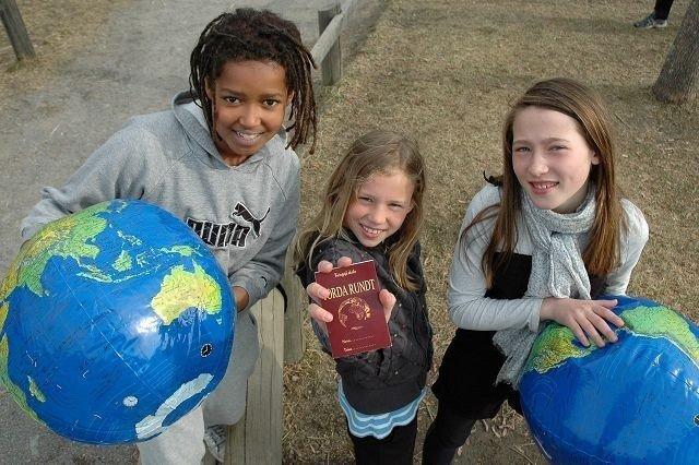 Sunniva Grannes (10), Synna Kristofa Wiede Søberg (10) og Kasper Berthelsen (11) tar oss med på en reise jorda rundt, på Kringsjå skole. Foto: Karl Andreas Kjesltrup