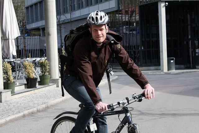 – Bil er en stor pengesluker, så der er det mye å spare, sier siviløkonom og programleder Hallgeir Kvadsheim. Selv tar han ofte sykkelen i stedet. FOTO: LINE RUNDMO