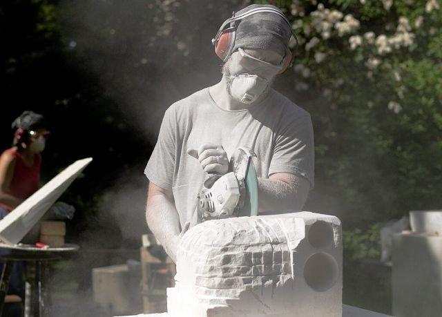 MYKT MATERIALE: Marmor er såpass mykt materiale, at man ser resultater raskt, sier Linda S. Olsen i Skulpturarena öst. FOTO: NORSK BILLEDHOGGERFORENING