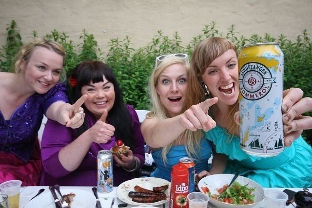 MYE MAT OG GODT ØL: For (F.v) Linda Fromreide (El Burgo), Bente Fagereng (Vonpøls), Hedvig Mollestad Thomassen (Mester Pøggs) og Mai-Elise Solberg (Esel Rex) i rockebandet Vom, er mat, rock og god drikke viktige ingredienser i hverdagen. ALLE FOTO: NILS SKUMSVOLL