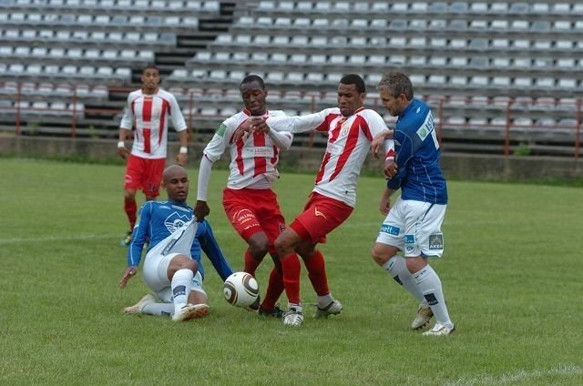 Øyvind Gjerde ryddet opp i forsvaret foran Formose P. Mendy og Juan Rene Santos. Liggende: Marcus Andreasson.