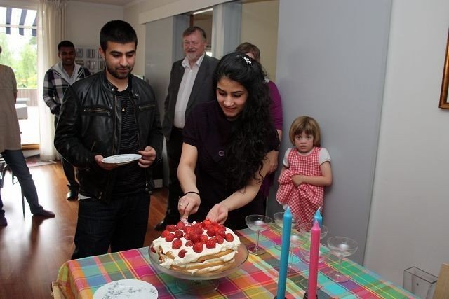 Støttegruppen til asylantene hadde gjort i stand til fest med mye godt onsdag kveld. Fozia serverte gjerne sin bror Abbas bløtkake.