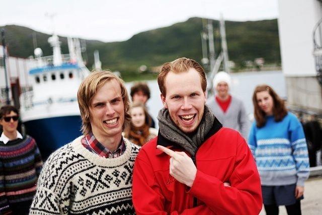 Andreas Solberg Hedemann og Espen Dahl Hjort fra Nordstrand bruker ferien til å spille teater på Vengsøy i storhavet utenfor Tromsø.