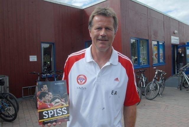 Bokdebut: Eivind Arnevåg har banket inn mange mål i løpet av karieren. Men han er også sikker på at det hadde blitt flere om han hadde vist det han lærte da han skrev boken. FOTO: Andreas Lindbæk