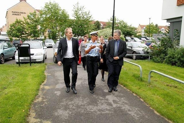Stasjonssjef Gro Smedsrud på Manglerud politistasjon tok fredag imot Peter Skaarup, Karsten Nonbo og flere andre representanter for den danske justiskomiteen.